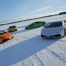 世界の名車 雪上でもスーパーな「ランボルギーニ・ウラカン」