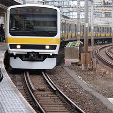 ホームが急カーブのただ中に位置する飯田橋駅