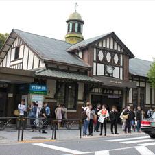 明治神宮の森と若者の街のアンサンブルが楽しめる原宿駅