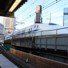 新橋駅で見える新幹線のシャープな肢体