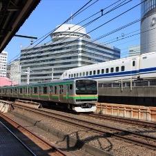 有楽町駅 東京名所を背景に走り抜ける新幹線を眺める喜び