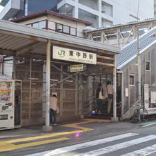 東中野駅 鉄橋あり、跨線橋あり……高低差ある地形を貫く線路