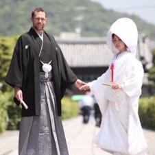 和装に身を包み、古都で晴れの日を迎える外国人カップルたち