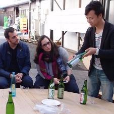 発酵タンクにびっくり、味わって笑顔 東京の酒蔵見学ツアー