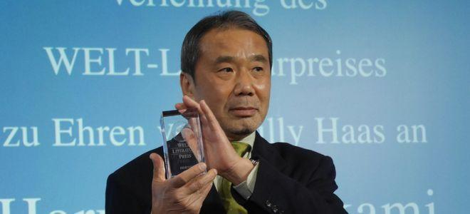 7日、「ウェルト文学賞」を贈られた村上春樹さん=ベルリン、玉川透撮影