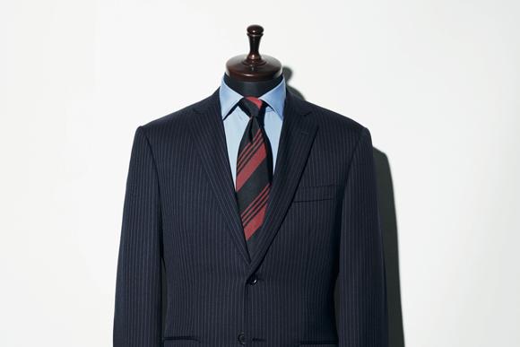就活スーツを卒業! 20代ビジネスマンが選ぶべきは、ネイビーストライプのスーツ