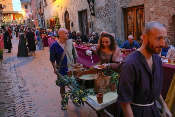 フィレンツェ郊外で開催された「中世の晩餐会」に700人が参加