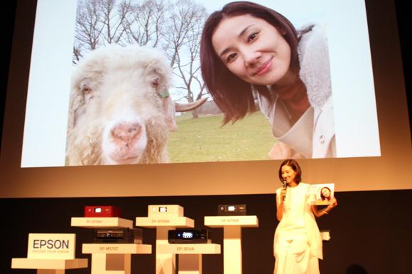 吉田羊さんが「カラリオ」の新モデル発表会で秘蔵写真を披露