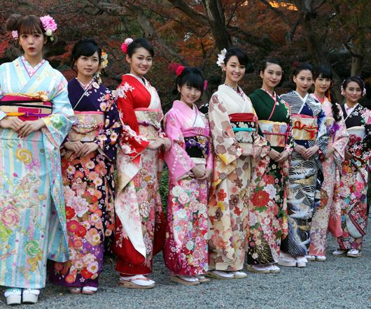 武井咲、剛力彩芽ら10人が晴れ着姿を披露