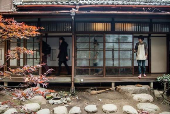 築90年、富士塚付きの古民家にバックパッカーが集まるワケ