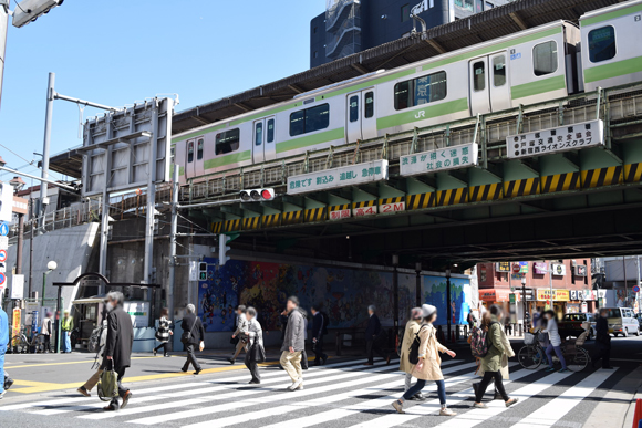 高田馬場駅 学生街の活気みなぎる駅前ガード風景