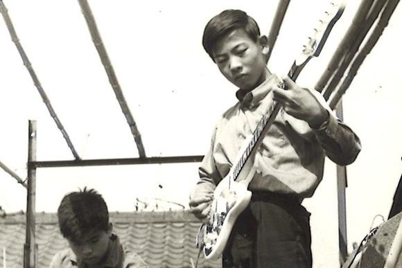物干し台をステージにベンチャーズ 鈴木茂さん