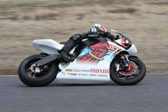マン島で電動バイク・レース3連覇を目指すチーム無限の「神電 伍」