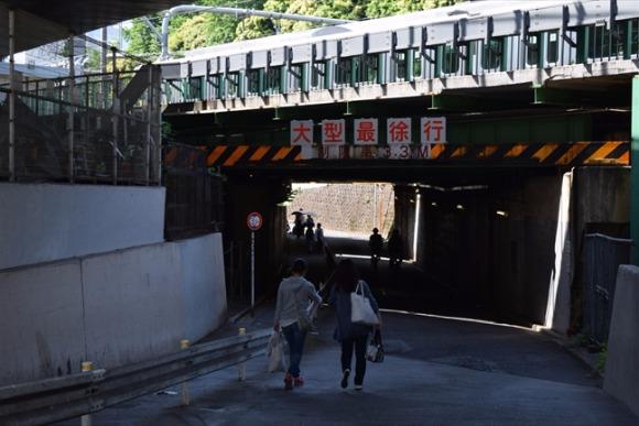 千駄ケ谷駅 新宿御苑の緑を眺めつつ、線路下のガードを探索