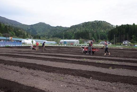一宿一飯の恩は農作業で返す 山形と世界を結ぶゲストハウス