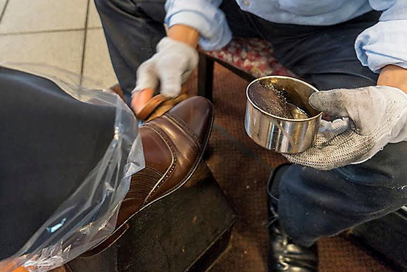 独自のクリームでスペシャルに仕上げる靴磨き職人 千葉尊