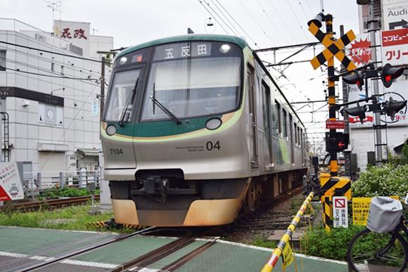 雪が谷大塚駅前の踏切は多くの留置車両を一望できるポイント