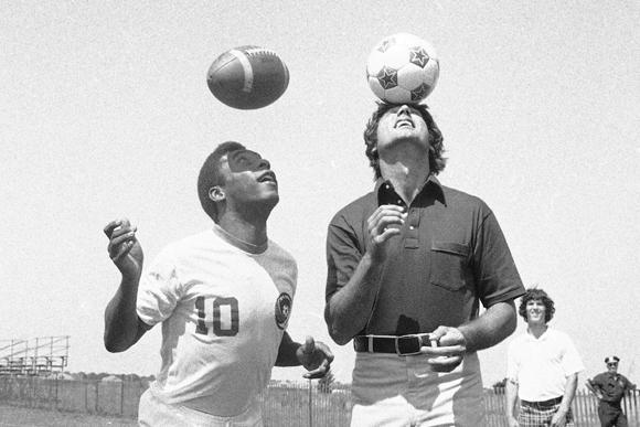 なぜ、フットボールは「頭」に寛容か?