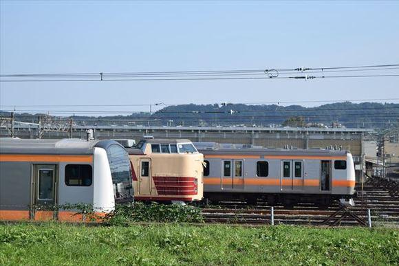 豊田駅 田園風景にオレンジラインの中央線列車が並ぶ