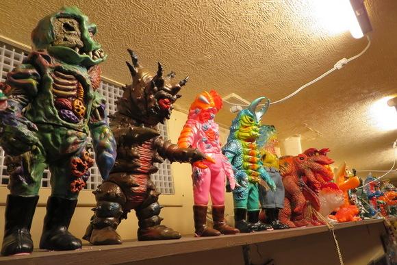 マニア垂涎のソフビ人形多数 看板娘の怪獣「ムーチョ」がお出迎え