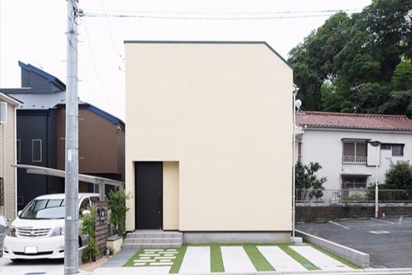 見た目のインパクトが強烈 窓もベランダもない四角い家