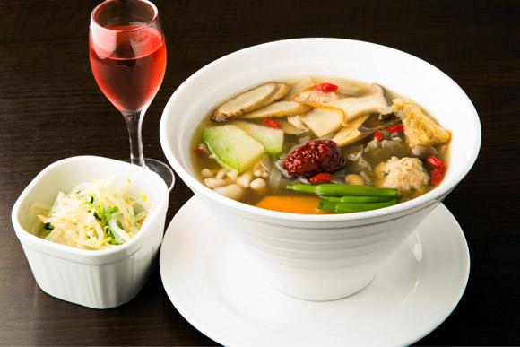 食べ応えありで300キロカロリー以下の薬膳麺 三倉茉奈さん