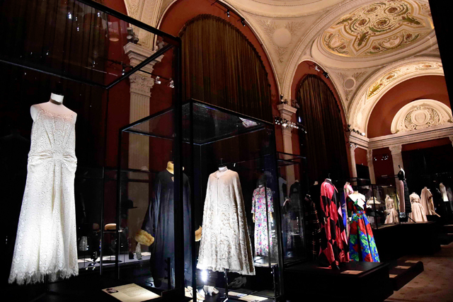 まとう人と時代映す服 パリでモード史の企画展