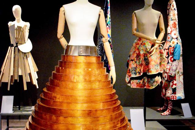 問いかけるフェラガモ 「服飾はアートか」伊で企画展