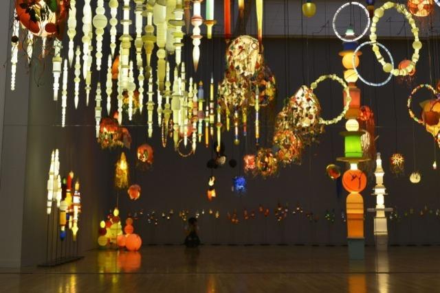 ヨーガン レールが最後に残したメッセージ。海辺のゴミで制作した光のオブジェなど約140点を十和田市現代美術館で公開