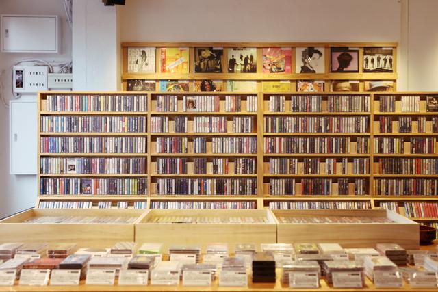 <3>約4千点のカセットテープがずらり アナログの魅力を再提案/ワルツ