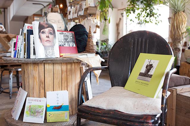 <47>家具は廃材で手作り 町工場を再生した緑の読書空間