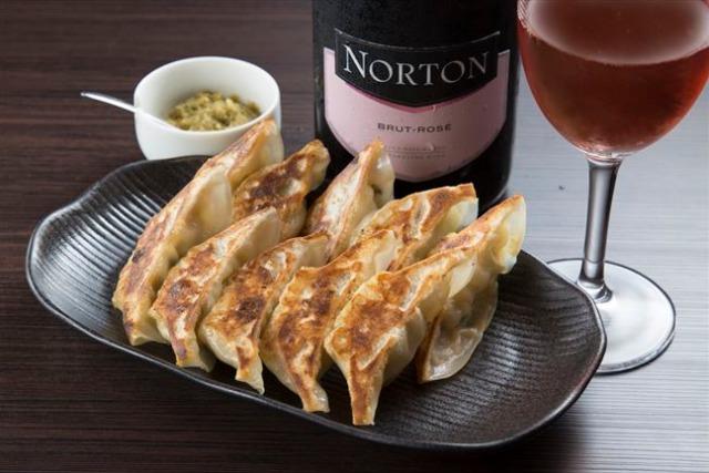 元祖・餃子バル 夫婦でワインとマッチング