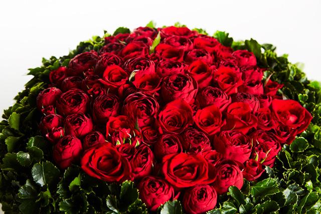天国の夫と義理の両親へ 思い出の赤いバラを