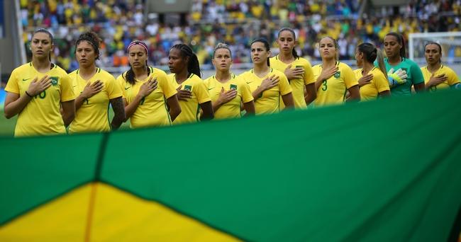 中国戦を前に整列するブラジル女子サッカー代表の選手たち=ロイター