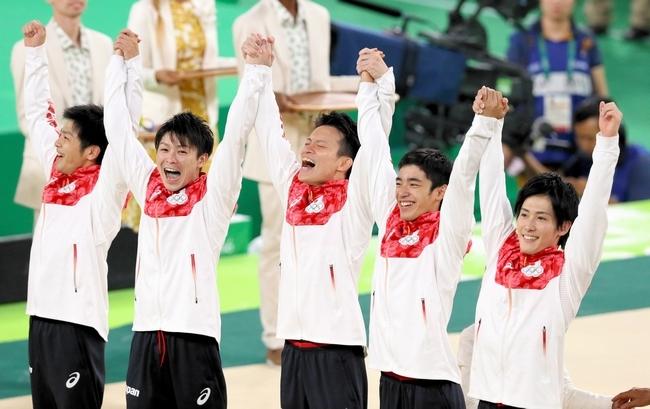男子団体で金メダルを獲得し、表彰台で喜ぶ(左から)山室光史、内村航平、田中佑典、白井健三、加藤凌平=西畑志朗撮影