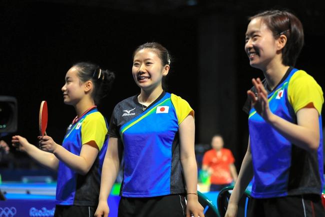 女子団体で準決勝進出を決めて、笑顔を見せる(右から)石川佳純、福原愛、伊藤美誠、=長島一浩撮影