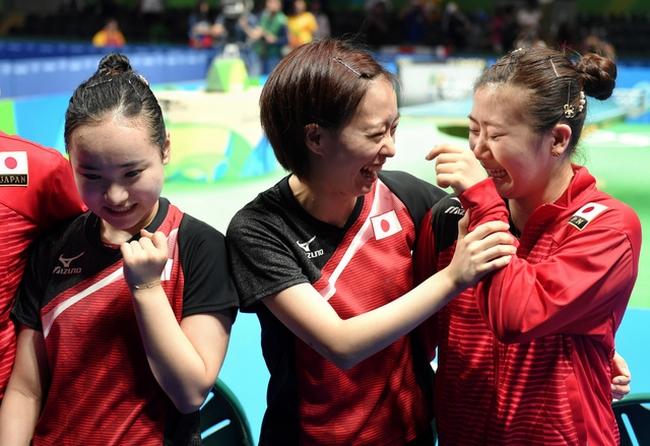 女子団体で銅メダルを獲得し、喜ぶ(左から)伊藤美誠、石川佳純、福原愛=竹花徹朗撮影
