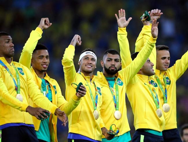 表彰式で、金メダルを胸に笑顔を見せるブラジルのネイマール(左から3人目)=長島一浩撮影