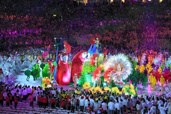 聖火が消えた会場ではサンバのリズムに合わせ、選手たちが踊った=諫山卓弥撮影