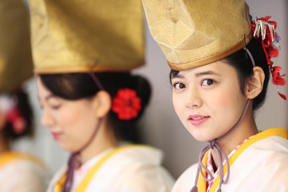 50人の福娘が笑顔をふるまう 今宮戎神社の十日戎