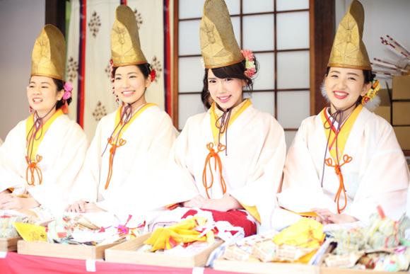 50人の福娘が笑顔をふるまう 今宮戎神社の十日戎(2)