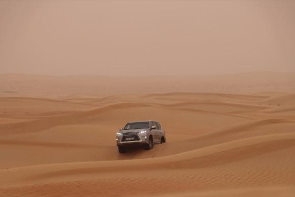 砂漠の国を「LEXUS」で旅する