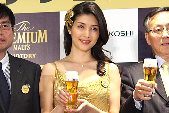 橋本マナミさんが「プレミアムフライデー」に乾杯!
