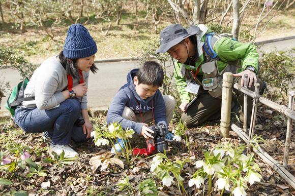 親子で自然に親しみ、森で感じた思いを写真で伝え合う