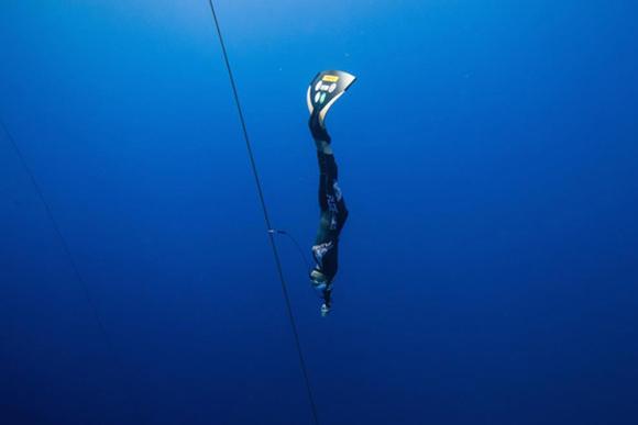 水深100メートル海の底へ フリーダイビング・廣瀬花子