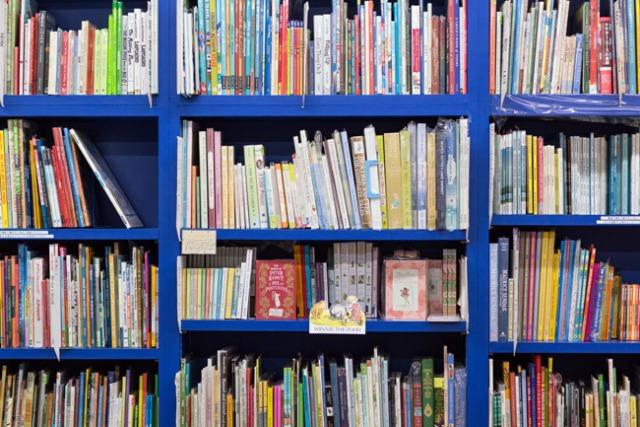 世界の絵本と触れあえる小さな青い店