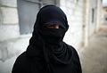 アレッポ東部のジブリーン地区で避難生活を送る女性。アレッポ北東郊外の村から過激派組織「イスラム国」(IS)の「恐怖支配」から逃れてきた。ISの報復を恐れ、顔を隠した=9日午後、アレッポ、矢木隆晴撮影