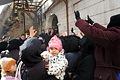 アレッポ旧市街では人道支援団体がパンなどの食料を配給し、多くの女性が列を作っていた=10日午前、アレッポ、矢木隆晴撮影