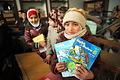 再開されたアレッポ東部のサータ・アルフサリ小学校で、英語の教科書を手にする子どもたち=10日午前、アレッポ、矢木隆晴撮影
