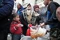 アレッポ東部のマサケン・ハナノ地区で食料の配給を受ける人々が長蛇の列を作る。多くの集合住宅は激しく破壊されているが、避難所から移動してきた避難民が生活を始めていた=9日午後、アレッポ、矢木隆晴撮影